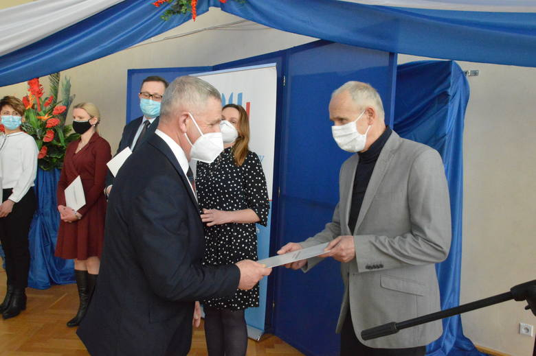 Na zdjęciu wicedyrektor Norbert Kutyła odbierający nagrodę z rąk Świętokrzyskiego Kuratora Oświaty