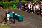 Kacper Janus odbiera nagrodę z rąk Dyrekcji Szkoły
