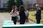 Małgorzata Banaś odbiera bnagrodę z rąk Dyrekcji Szkoły