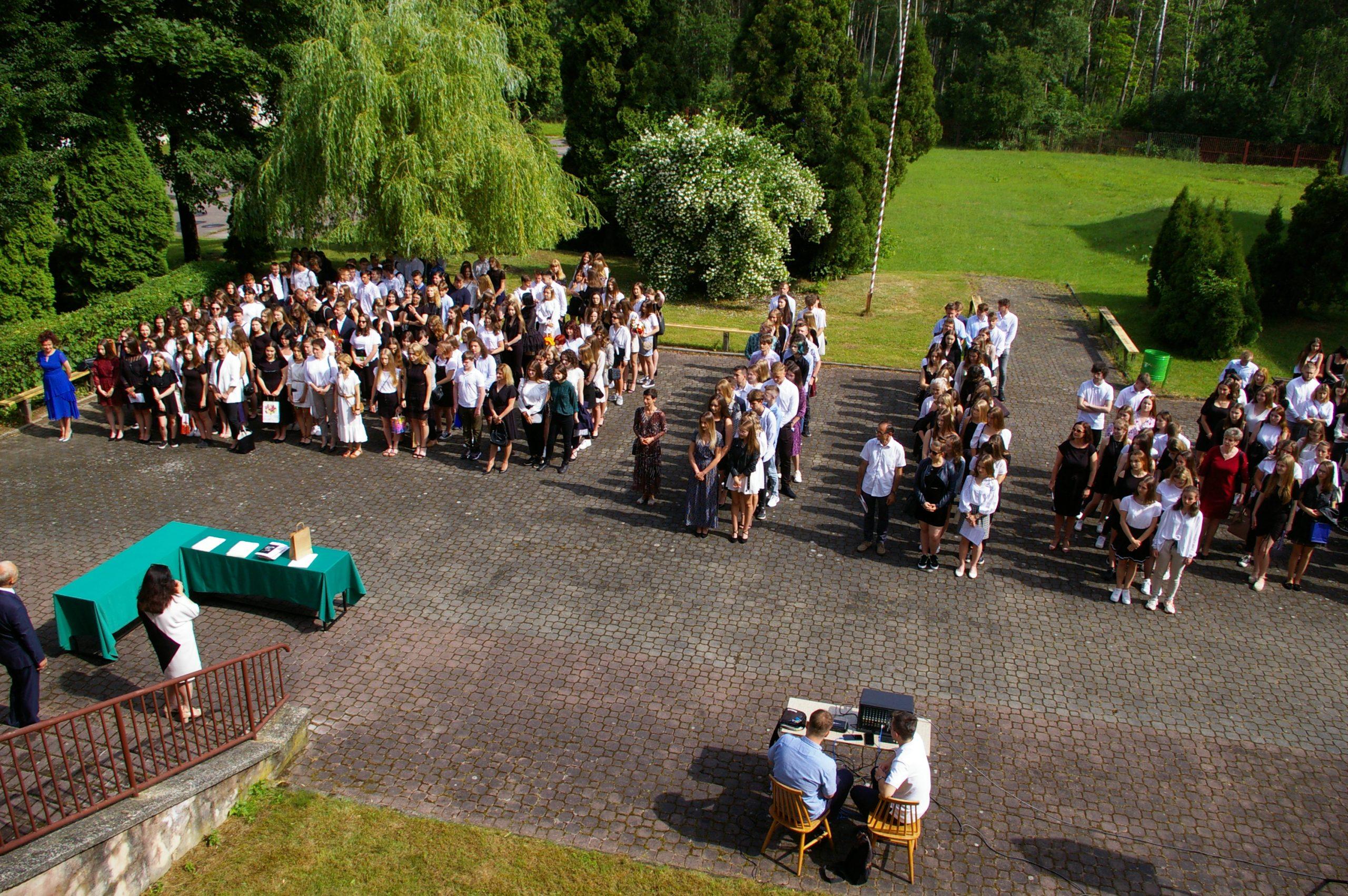 Społeczność II LO podczas uroczystości zakończenia roku szkolnego 2020/2021
