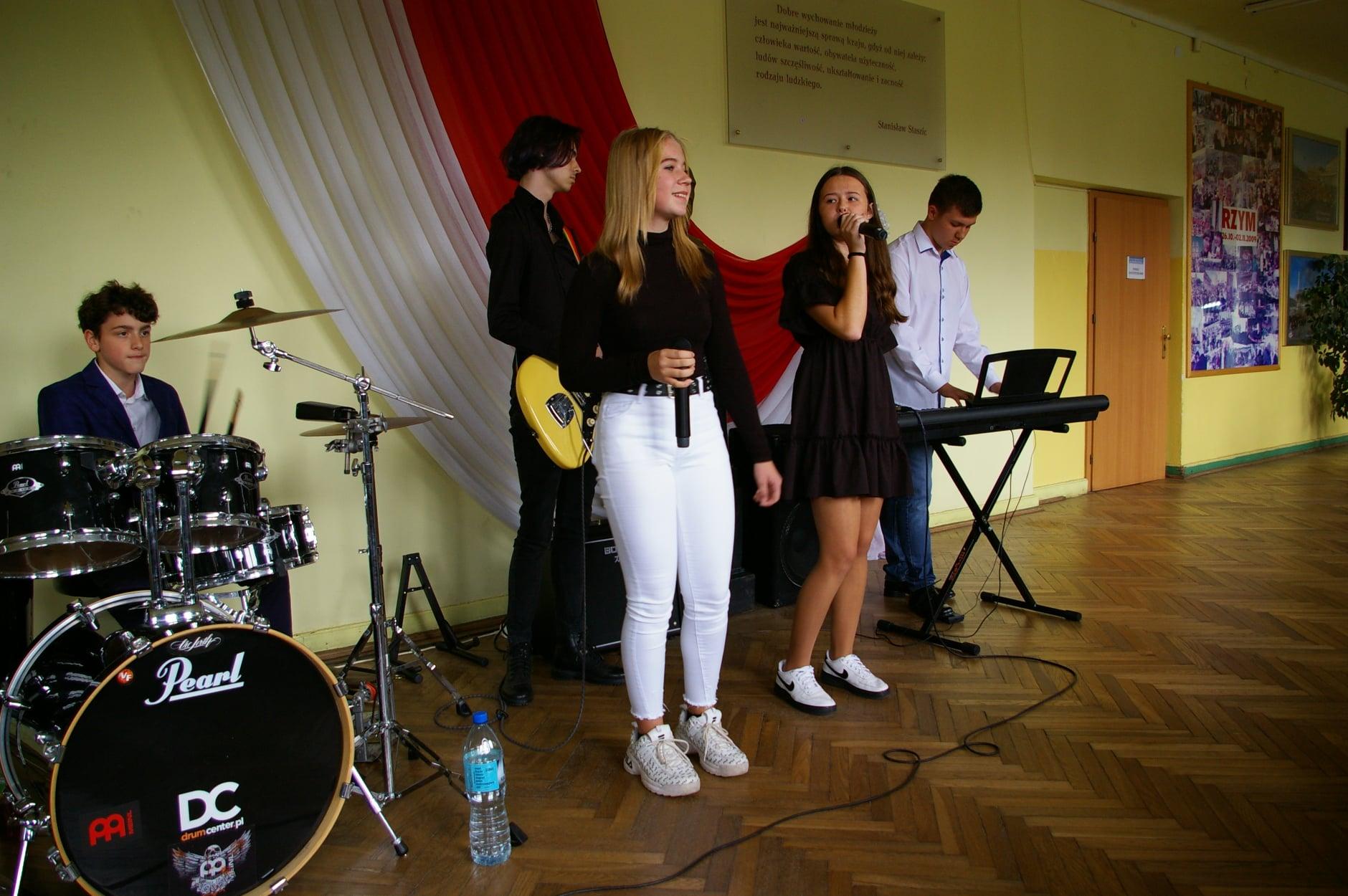 """Szkolny zespół muzyczny """"Pozytywnie Nastawieni LO2"""""""