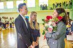 Uczniowie klas pierwszych składają podziękowania na ręce Dyrektor Szkoły, Ewy Sajór - Ruszczak