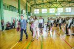 Uczniowie klas pierwszych udają się pod popiersie Stanisława Staszica