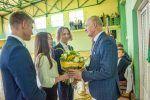 Uczniowie klas pierwszych składają podziękowania na ręce wicedyrektora szkoły, Norberta Kutyły
